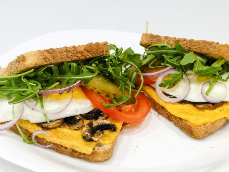 Chrupiące tosty z jajkiem sadzonym i cheddarem
