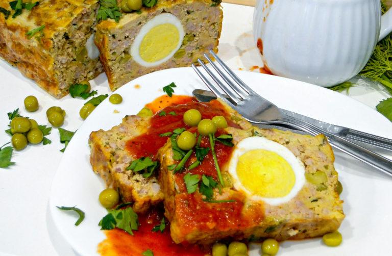 Pieczeń rzymska z jajkiem i groszkiem (video)