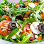 Szybka sałatka z mozzarellą i prażonymi ziarnami słonecznika (video)